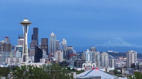 La Space Needle y el Mount Rainier en Seattle, Washington