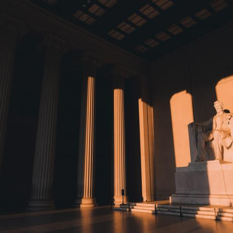 El sol brilla en el Lincoln Memorial en Washington, D.C.