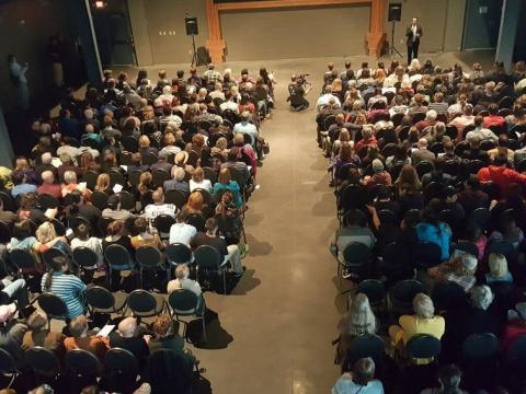 Público reunido ante una pantalla en Duluth Superior Film Festival