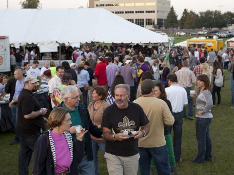 Probando cervezas en un evento de Gulf Brew en Lafayette Horse Farm