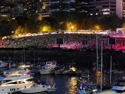 El público con luces de neón en Waterfront Blues Festival