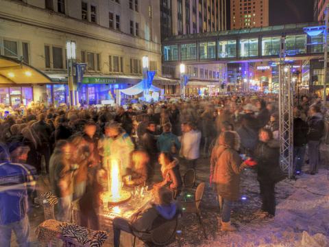 El público reunido para un evento en un bar al aire libre SocialICE en Rochester