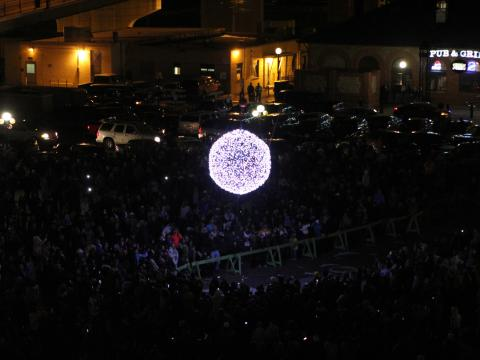 Las multitudes se reúnen cuando Cheyenne anuncia el Año Nuevo