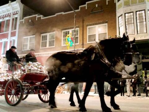 Un carruaje del Christmas Parade avanza por las calles