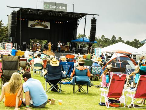 Disfrutando las canciones en Blues & Brews Festival