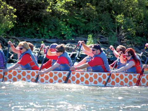Trabajando en conjunto en Dragon Boat Race