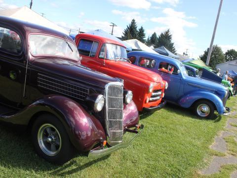 Autos de todos los colores del arcoíris en Street Rods Nationals North