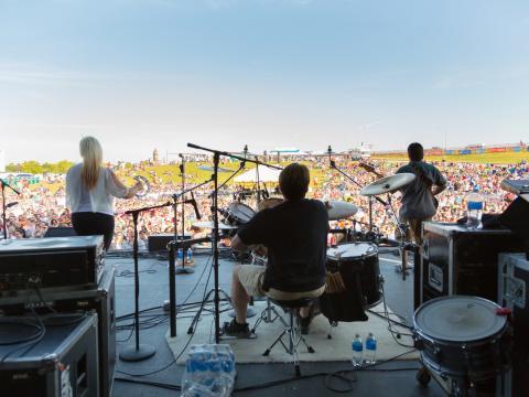Presentación en vivo con vista al prado en KCQ Country Music Festival