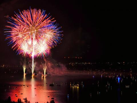 Espectacular demostración de fuegos artificiales de Lights on the Lake