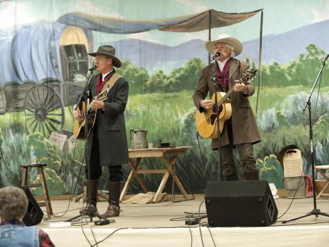 Dos cantantes se presentan en el Cache Valley Cowboy Rendezvous
