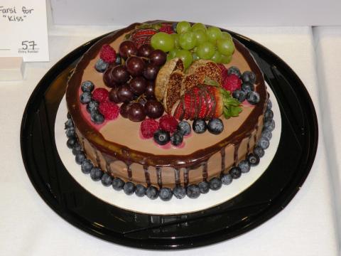 Pastel de chocolate decorado con frutas frescas en el Valentine Chocolate Festival de Logan