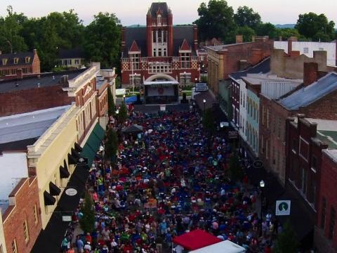 Una alegre reunión en el centro de Bardstown para el Bourbon City Street Concert