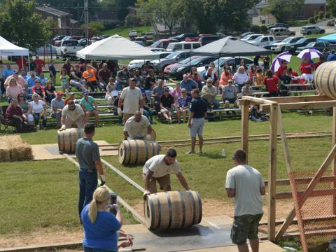 Una carrera de relevos en barriles de bourbon durante el Kentucky Bourbon Festival