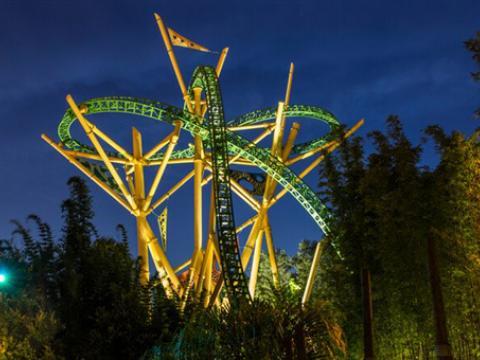 Una vista nocturna de la montaña rusa Cheetah Hunt en Busch Gardens, Tampa Bay
