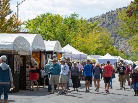 Mirando los puestos de los vendedores en el Autumn Arts Festival de Durango