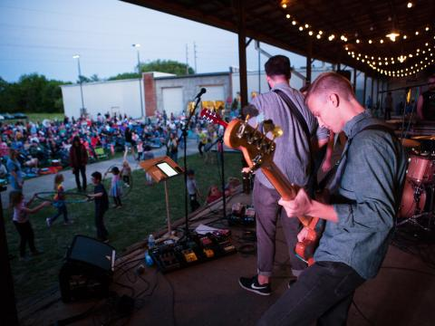 Una banda presentándose en Concerts on the Dock organizados por Lowe Mill ARTS & Entertainment