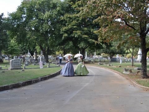 Personajes históricos disfrazados en el evento Maple Hill Cemetery Stroll en Huntsville, Alabama