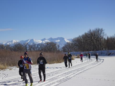 Participantes corriendo en Rio Frio Ice Fest 5K en Alamosa, Colorado