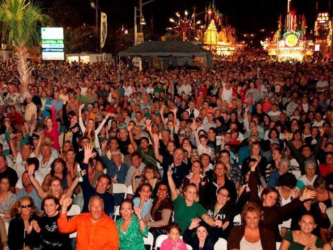 Asistentes celebrando el Jensen Beach Pineapple Festival