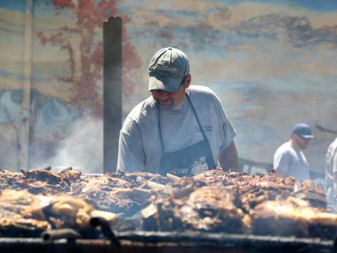 Cocinando carnes a la barbacoa en el International BBQ Festival en Owensboro, Kentucky