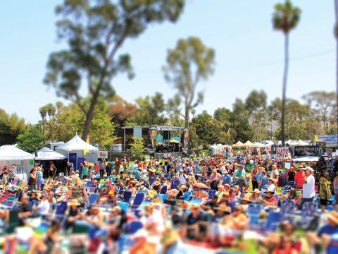 Una escena festiva en el Doheny Blues Festival en Dana Point, California