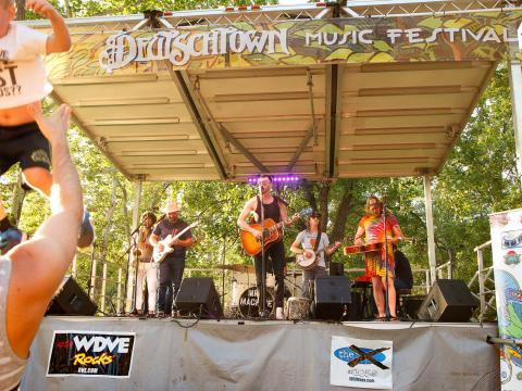Presentación en vivo durante el Deutschtown Music Festival en Pittsburgh, Pensilvania