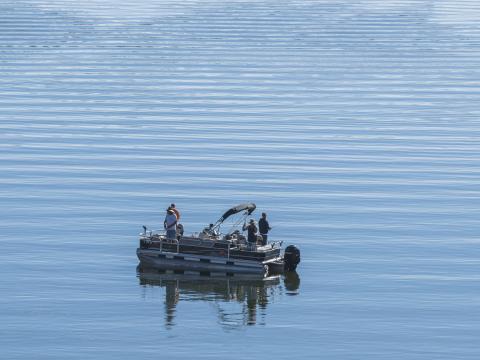 Pescando truchas en Big Bear Lake en California