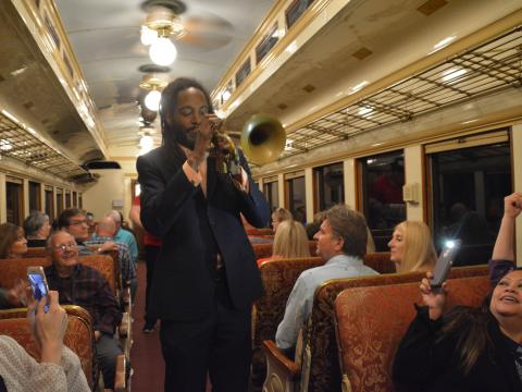 Un artista tocando música en vivo durante un evento de Jazz Wine Train en Grapevine, Texas