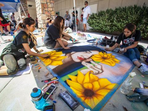 Arte con tiza en vivo durante el festival Chalk the Block en El Paso, Texas