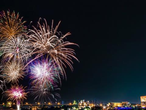 Espectáculo de fuegos artificiales en el Día de la Independencia en Owensboro, Kentucky