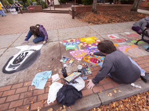 Artistas trabajando durante el Sidewalk Chalk Art Festival en Forest Grove, Oregón