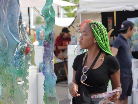 Observando las obras de arte del Columbus Arts Festival