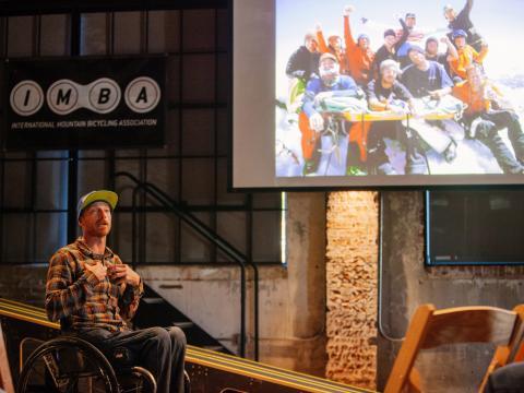 Un orador durante una sesión en la Arkansas Bike Summit en Bentonville