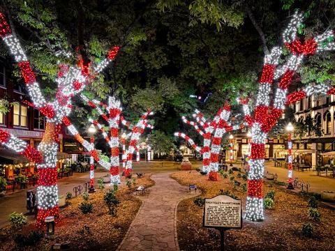 Luces festivas iluminando Knoxville, Tennessee